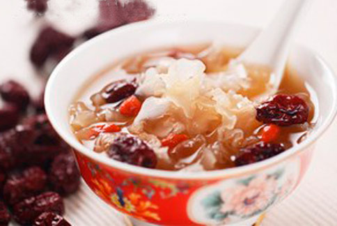 準備銀耳、山藥、蓮子、枸杞、紅棗等食材自己煮一碗滋腎美白淡斑甜湯,對抗老美白相當有幫助。(圖片提供/張文馨醫師)