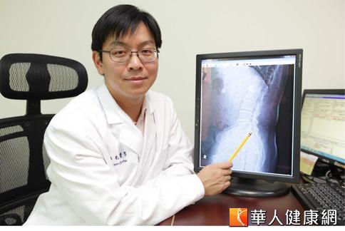 毛贊智醫師表示,輕度到中度的神經性跛行治療,目前已有注射維他命B12針劑加上消炎藥的方式來緩解。(攝影/黃志文)
