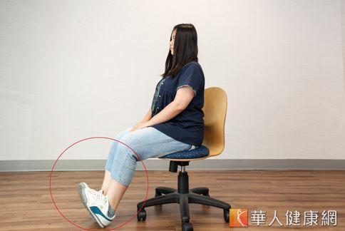將腳踝往上翹,等到小腿肚有痠麻感的時候再將腳板往下踩直,強化腿肌力。(攝影、示範/楊伯康、洪毓琪 )