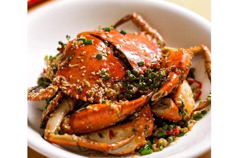 「干煸大沙公」主要將食材在與油碰撞煸乾後,產生獨特的風味。(圖片提供/台北國賓飯店)