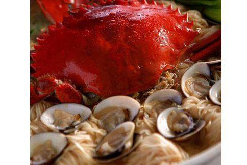 「麻香大沙公麵線」是一道溫暖身心的秋蟹料理。(圖片提供/台北國賓飯店)