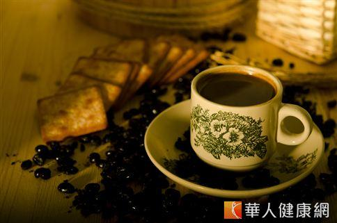 咖啡中含有多種抗氧化劑對大腦血管產生保護作用,可防止壞膽固醇破壞大腦血管。