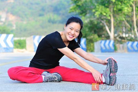 慢跑結束後千萬不能馬上坐下來休息,應原地踏步2-3分鐘,並做一些腿部拉筋、舒緩的動作,對於緩解運動後的不適相當有效。