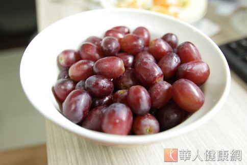 調查顯示,台灣人普遍最少攝取藍紫色食物,例如葡萄、茄子、木耳等。(圖片/華人健康網)