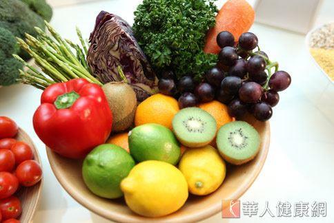各顏色的蔬果含有不同的植化素,廣泛攝取新鮮蔬果有助於對抗慢性發炎,進而幫助減重。