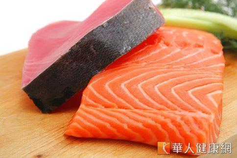 鮭魚和鮪魚都是屬於富含Omega-3的深海魚類,多攝取有助於提升腦力,預防老化。