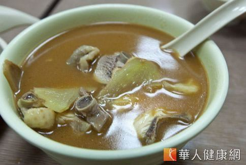 中醫認為,麻油雞湯很腥燥熱,感冒或有慢性病,不可以吃。(照片/華人健康網資料)