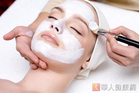 膚質容易敏感的人,要慎選淨白保養品,才不會傷害皮膚。(本文諮詢Dr. VICHY專家團隊)