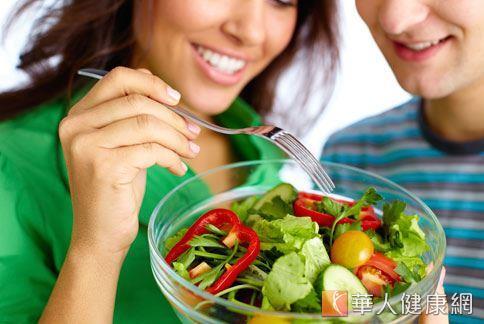 蔡玲貞營養師提醒,再新鮮的蔬菜,可能也有農藥或細菌殘留,生吃可能傷害腸胃,嚴重時會加重癌症或慢性疾病惡化。