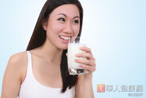 牛奶等乳製品中含有乳糖成份,美國營養學期刊表示,過量攝取可能會成為增加卵巢癌風險的幫兇。