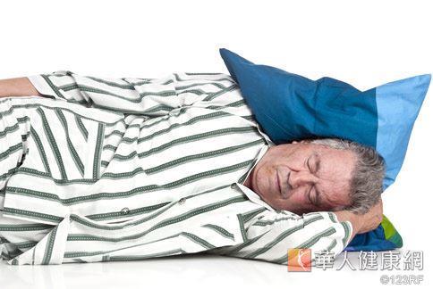 銀髮族容易腰酸背痛,曲膝側睡能遠離腰椎滑脫。
