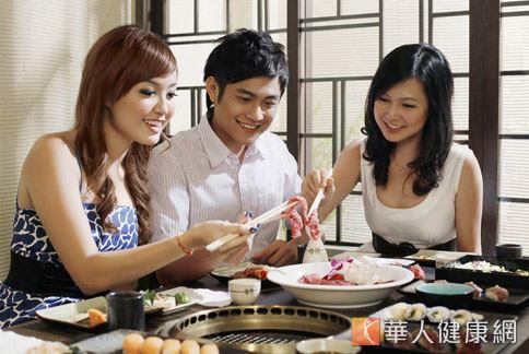 年輕人飲食偏好肉類等高油脂食物,膳食纖維攝取不足且運動量少,導致瘜肉和大腸癌的發生有增加的趨勢。