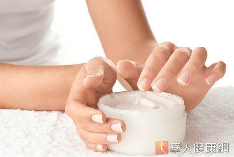 建議有敏感性膚質的朋友,不論是使用精油或各式保養品前,最好能先最簡單的自我肌膚測試,再決定購買與否,較有保障。