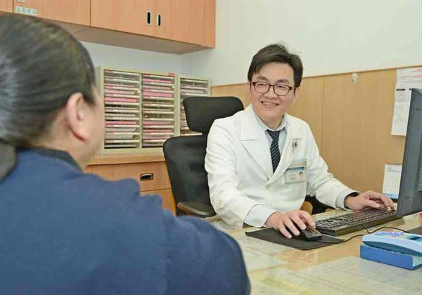 林敬恩醫師(右)指出,焦慮、憂鬱會讓耳鳴更嚴重,且相互影響。(圖片提供/台北慈濟醫院)