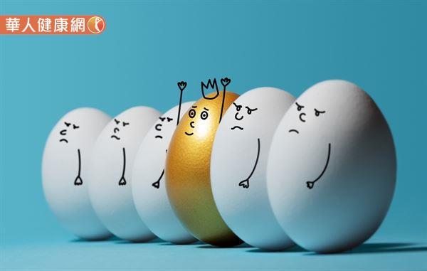 雞蛋營養豐富、價格便宜又料理變化性多,近年卻因膽固醇而不斷引發「一天可吃幾顆蛋」的爭論。