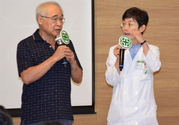 主任黃子倫(右)與劉姓患者(左)分享視神經中風治療經驗。(圖片提供/亞東醫院)