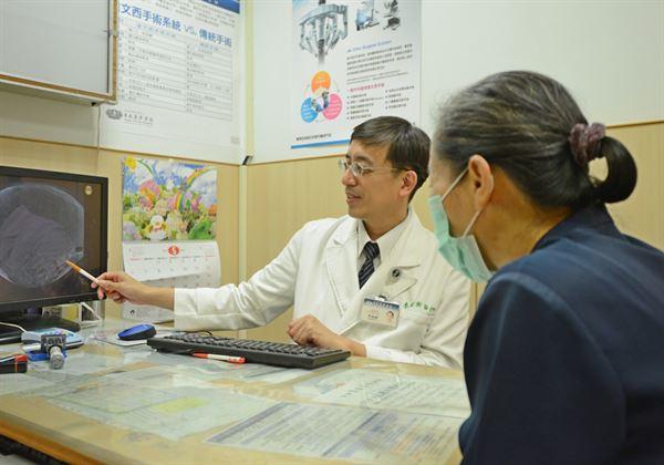 醫師李朝樹(左)強調,脂肪瘤與脂肪肉瘤,常被民眾所混淆,但兩者都不能輕忽。(圖片/台北慈濟醫院提供)