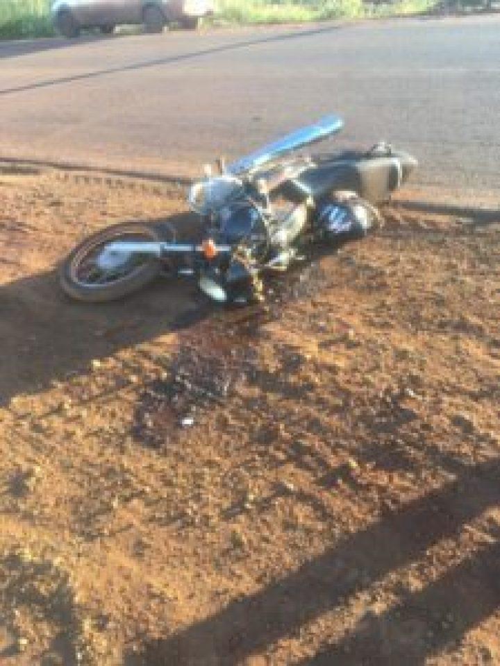 Motociclista sai para comprar pão, bate em carro e morre