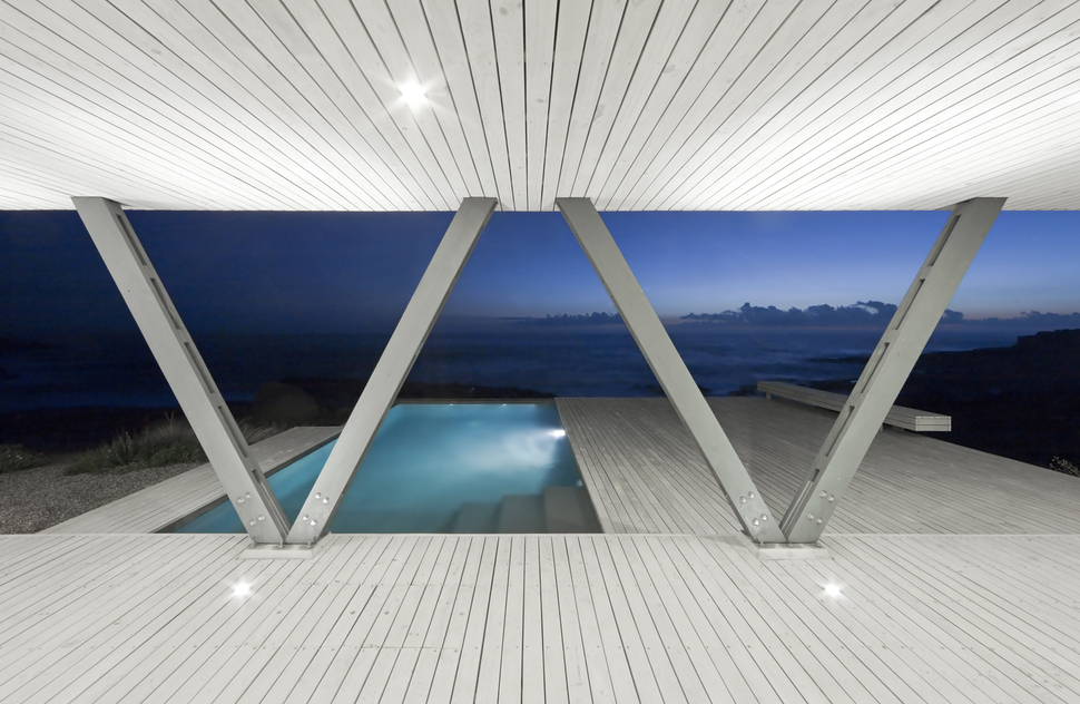 Chile Vacation Home Uses Angled Support Columns To Add To