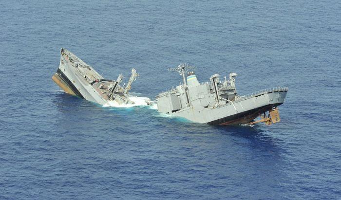 Savaş gemisinin torpido ile batırılması(14 Fotograf)