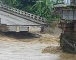 Mưa lũ miền Bắc: Sập cầu ở Yên Bái, 6 người bị cuốn trôi
