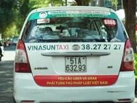 Taxi Vinasun ở Sài Gòn bị yêu cầu tháo bảng phản đối Uber - Grab