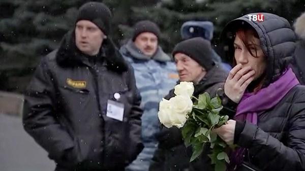 К гробу Началовой несут охапки белых роз (фото) :: Новости ...
