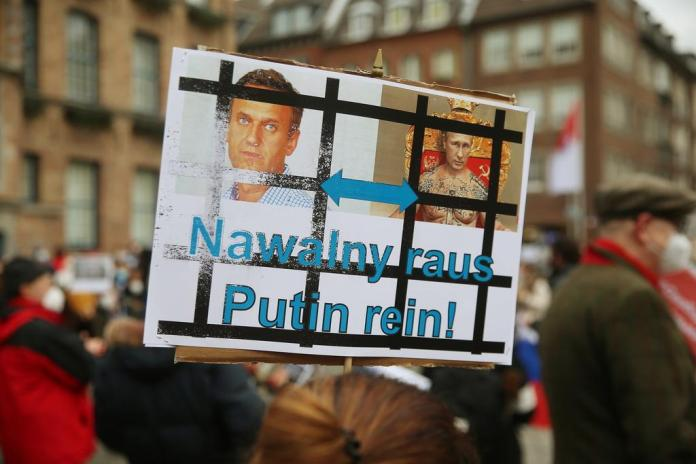 Relatives of inmates - as well as demonstrators like here in Düsseldorf - would like the situation to be reversed after President Putin almost never answers their pleading letters.