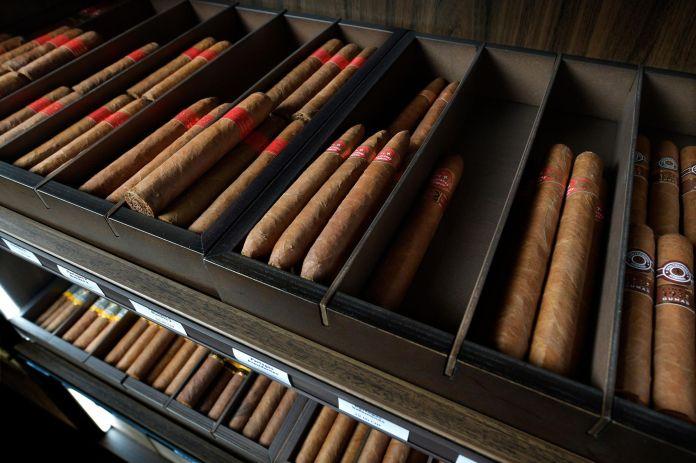 Un assortiment de différentes vitoles et modules dans la nouvelle cave à cigares.