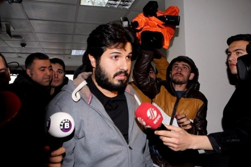 Reza Zarrab beantwortet Mitte Dezember 2013 in einem türkischen Gericht in Istanbul Fragen von Journalisten.