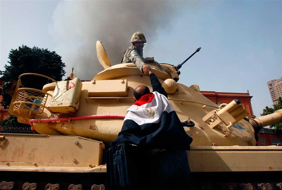 Egipcios-felicitan-a-soldados-luego-de-que-se-negaran-a-abrir-fuego-a-civiles.-El-Cairo,-Egipto,-2011.