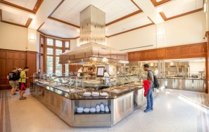 The dining hall servery at E. Bronson Ingram College (John Russell/Vanderbilt)