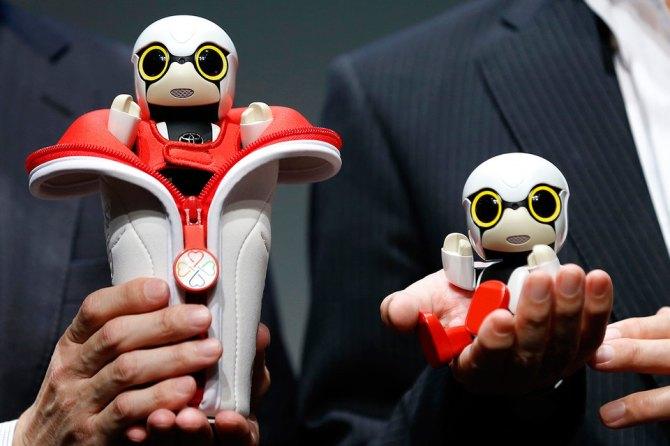Kirobo умещается на ладони у него большие глаза имитирующие мимику робот может шевелить руками и ногами