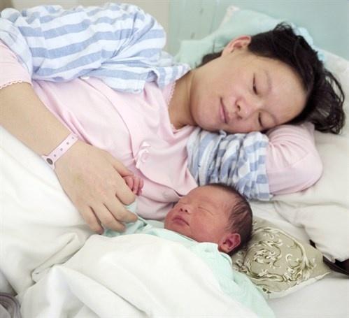 Gái đẻ không được nằm gần chồng và 1001 kiểu kiêng cữ sau sinh cười muốn chảy nước mắt | Việt Nam Mới