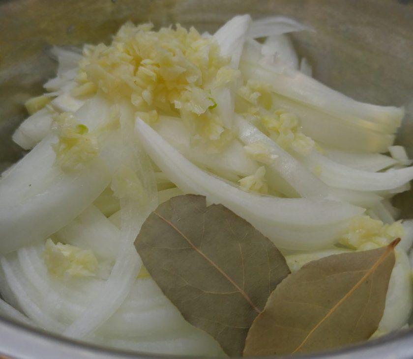 洋蔥、蒜蓉 (及月桂葉)