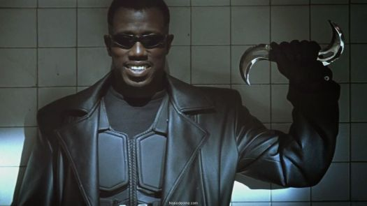 Wesley Snipes as Blade holding a double-bladed boomerang and smiling in Blade (1998)