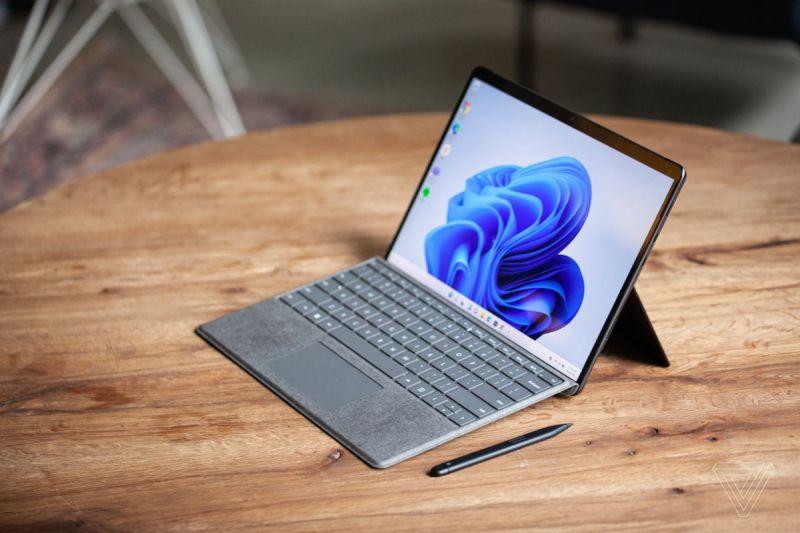 Surface Pro 8 visto dall'alto e a destra su un tavolo con la Surface Slim Pen 2 accanto e la Signature Keyboard collegata.  Lo schermo mostra un vortice blu su sfondo bianco.