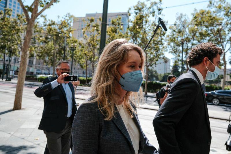 La fondatrice di Theranos Elizabeth Holmes partecipa al processo penale