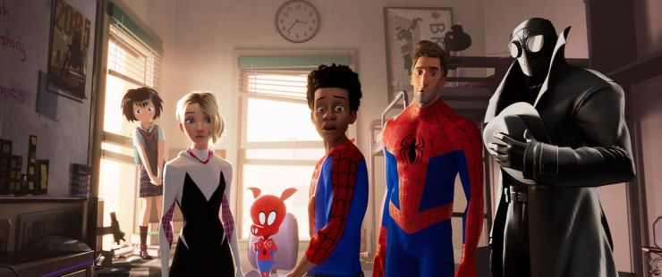 Peni (Kimiko Glen), Spider-Gwen (Hailee Steinfeld), Spider-Ham (John Mulaney), Miles Morales (Shameik Moore), Peter Parker (Jake Johnson), Spider-Man Noir (Nicolas Cage) se vuelven conmocionados.