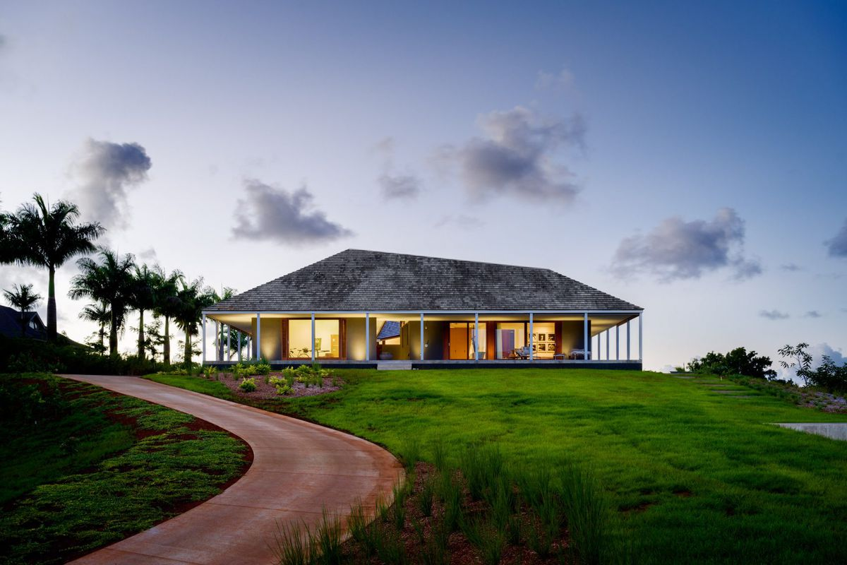 Hawaiian Home Lives Large With Massive Roof Courtyard