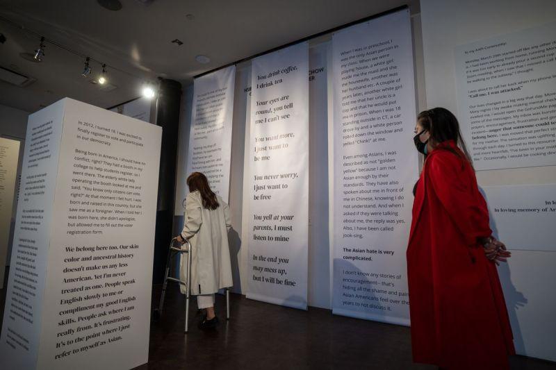 Elizabeth Kari (a destra) e sua madre (Vilma) hanno visitato insieme la mostra AAP (I Belong) al Museum of Chinese in America una notte prima dell'apertura.