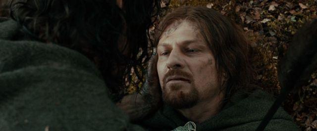 Aragorn acuna tiernamente el rostro de Boromir moribundo en La comunidad del anillo.