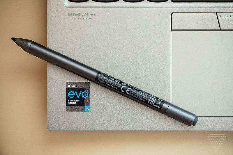 Il poggiapolsi sinistro del Lenovo ThinkPad X1 Titanium Yoga con lo stilo posizionato diagonalmente su di esso.