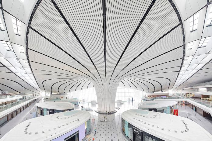 Регистрация заезда производится в районе аэропорта с киосками в форме стручка и изогнутым потолком.