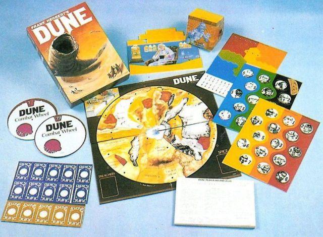 Les composants colorés du jeu fournis avec la version originale du jeu de société Dune de Frank Herbert.  Ils comprennent également une carte circulaire, des roues de combat et des écrans de confidentialité, tout comme la version moderne.