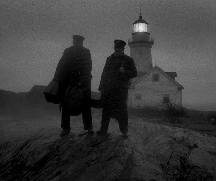Les deux méchants se tiennent sur la côte, attendant au milieu de la pluie épaisse et du brouillard.