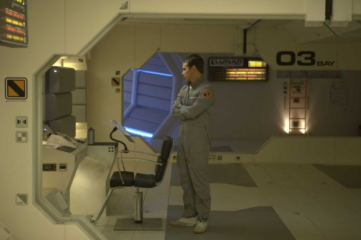 Luna - Sam (Sam Rockwell) en la base lunar