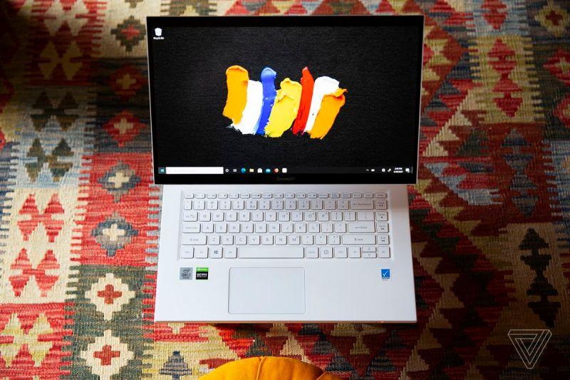 L'Acer ConceptD 7 Ezel si apre, visto dall'alto, su un tappeto a motivi geometrici.  Lo schermo mostra alcuni tratti di pennello colorati su sfondo nero.