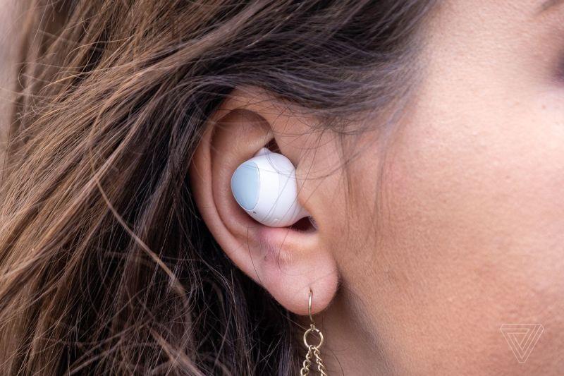 Samsung Galaxy Buds Plus, i migliori auricolari wireless per la maggior parte delle persone, raffigurati nell'orecchio di una donna.