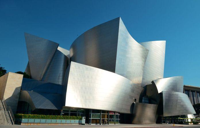 Концертный зал Walt Disney, здание с фасадом, полным широких металлических поверхностей